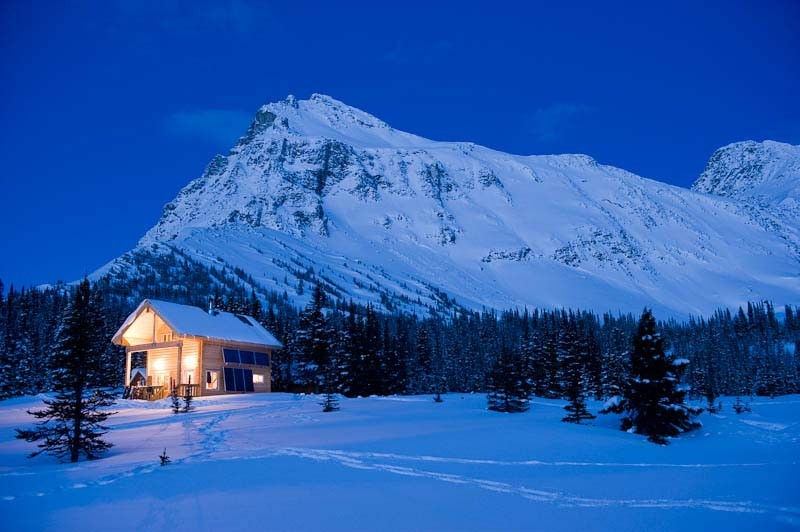 Mallard-Mountain-Lodge-at-night